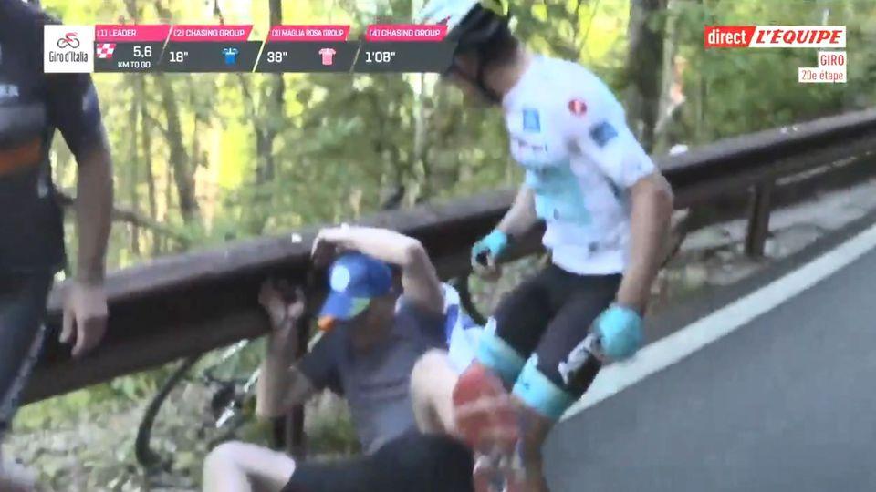 VIDÉO. Un coureur du Tour d'Italie chute… et gifle un spectateur