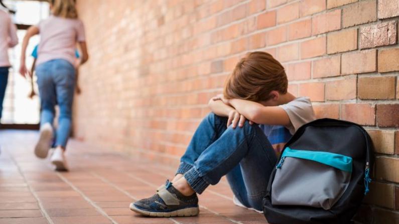 Un enfant de 8 ans tombe du 9e étage après avoir été battu par ses parents