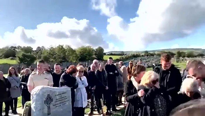 À son enterrement, il fait pleurer de rire tous ses proches avec un message préenregistré provenant de son cercueil