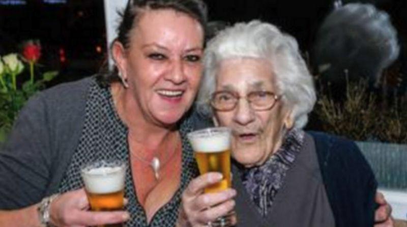 Cette femme de 96 ans, boit jusqu'à 20 bières par jour