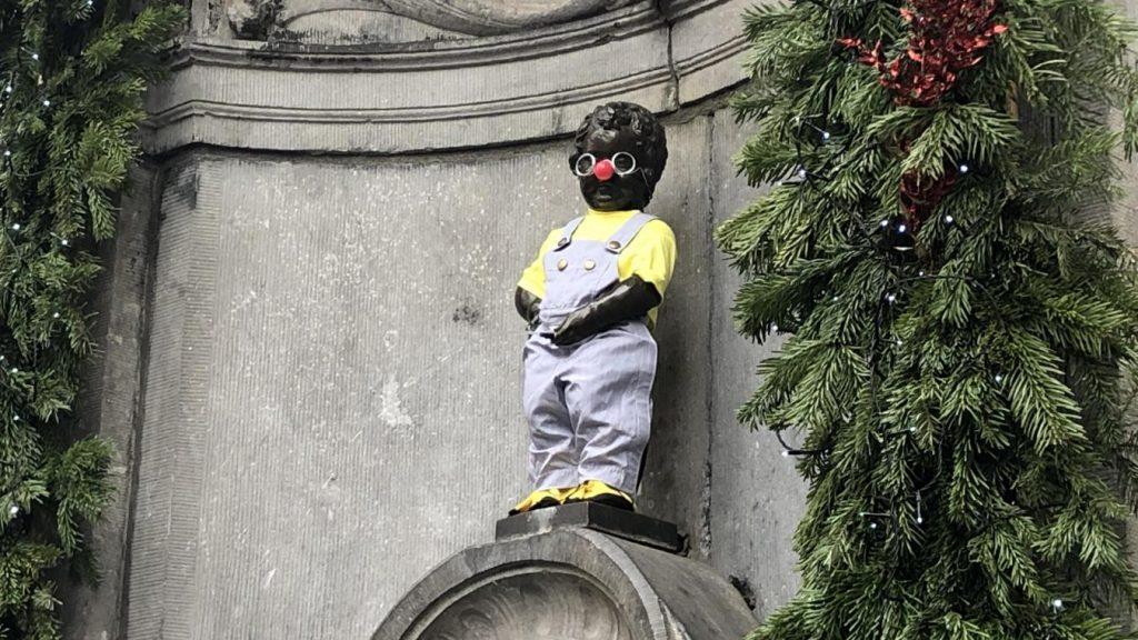 Bruxelles: Manneken Pis habillé en Coluche pour le 34e anniversaire de l'ouverture du premier Resto du cœur belge