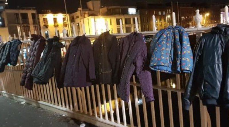 Les habitants accrochent des manteaux sur le pont de Dublin pour les sans-abri dans le besoin
