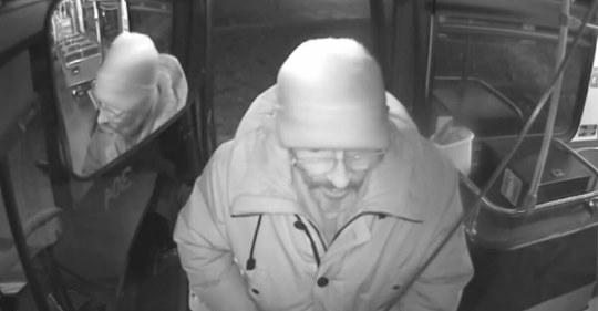 Un chauffeur d'autobus laisse un sans-abri rouler gratuitement toute la nuit – pour survivre au froid