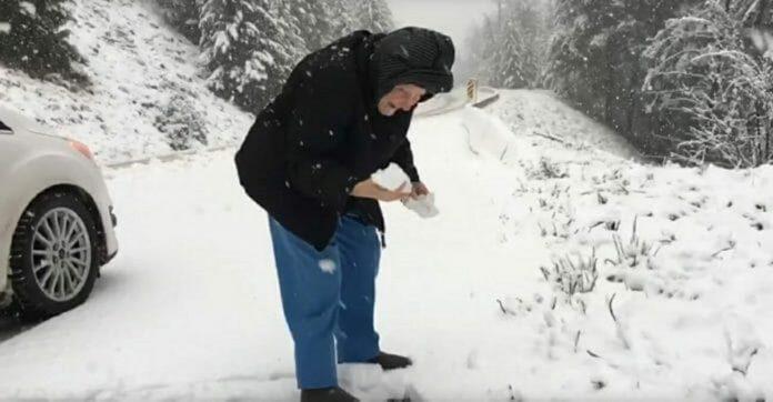 Une mère de 101 ans dit à son fils d'arrêter la voiture pour qu'elle puisse jouer dans la neige