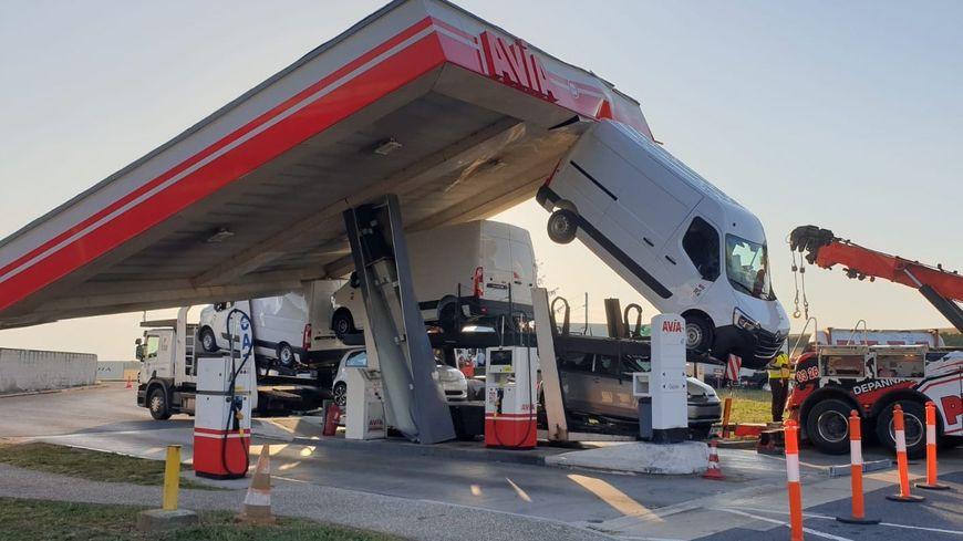 Marne: un camion s'encastre sous le auvent d'une station-service sur l'autoroute A4