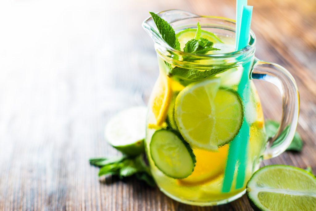 Une boisson au concombre, menthe, citron et gingembre pour vous aider à perdre du poids