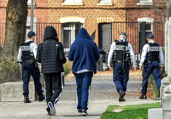 Angers: ils massacrent un coq à coups de pelle, frappent un enfant qui joue au ballon et agressent un groupe de jeunes