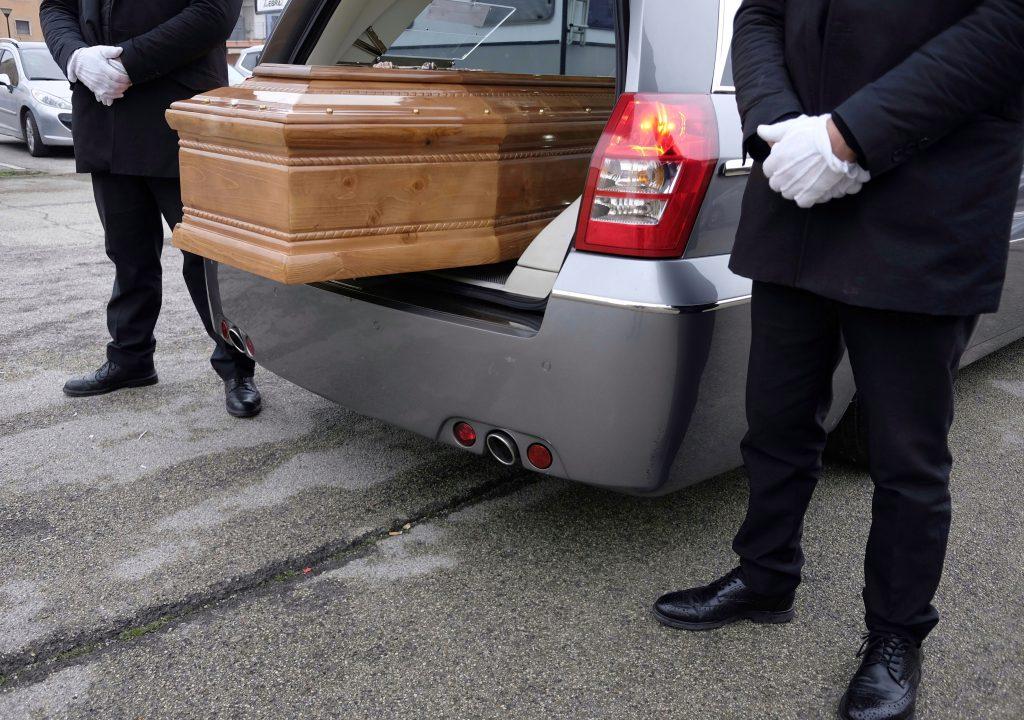 Une femme déclarée morte par erreur après un arrêt cardiaque – se réveille au funérarium